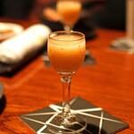 バー・バーンズ - 無花果のジュースとウォッカのカクテル