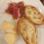 アウグスビール ラボ・キッチン - 生ハムとチーズのガーリックラスク