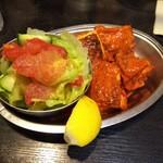 DELHI - セットのチキンとサラダ
