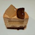 139240482 - コク深くとろけるラム酒風味のブロンドチョコムースに、フルーティな洋梨のジュレやこっくり栗のクリーム、栗のシロップ煮に洋梨のコンポートがマッチ