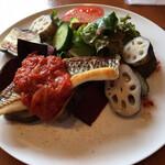 オーガニック食堂 Engi - engi食堂ランチコース 1プレート(税込 2,090円)評価=◎:メイン=本日のお魚(鯛)、野菜=デーツ、ナス、レンコン