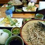 道の駅あおがき おいでな青垣 - ざるそばセット(850円)ざる蕎麦、野菜の天ぷら、おにぎり2個、香の物