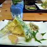 道の駅あおがき おいでな青垣 - ざるそばセットの天ぷら(さつま芋、なす、椎茸、ピーマン、生姜)