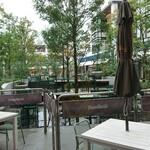 グロリアス チェーン カフェ - 雨のテラス席