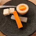 ウィム サケ アンド タパス - お通し(クリームチーズの酒粕味噌漬、醤油麹味玉、SAKEピクルス)