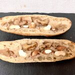 パーネ ディ トゥッティ - 半分に割って、ナッツが香ばしい香りがするくらいリベイク。美味しいです!!