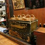 鍵屋 - 歴史ある燗銅壷。