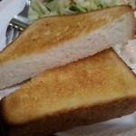 アーモンド - トースト:やや厚めが1枚分