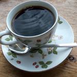 田園喫茶 Wild berry - 「フレッシュ・ケーキセット」(850円)のコーヒー。カップもお上品なの。かなり濃いめでケーキによく合います。