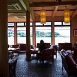 田園喫茶 Wild berry - 店内の様子。奥がカップル席。ソファがふかふか。太い柱がアクセントになっていてとても良い雰囲気。