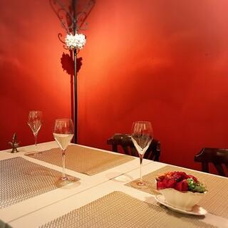 雰囲気のある空間の半個室で完全コース料理をご堪能ください。