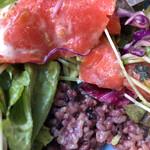 イート・モア・グリーンズ - 野菜の下に雑穀米が隠れてます。