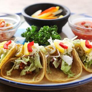 次はメキシカン。30年前から続くタコスやブリト―の味は絶品!