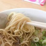生姜ラーメン みづの - 旭川らしい緩いウェーブの色白麺