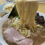 うまいヨゆうちゃんラーメン - 麺をリフトアップ