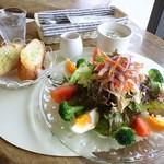 スマッジ コミュ - サラダランチ(限定5食) 900円 ささみとたっぷり野菜のヘルシーサラダ、じゃがいもの冷製スープ・バゲット付