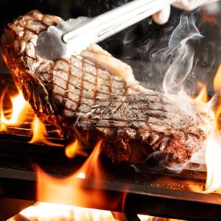 オープンキッチンでダイナミックに焼き上げるグリル料理をご用意