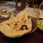 Shanti インド料理レストラン - ナンが大きいです。