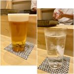 鮨 とかみ - 生ビールと麦焼酎水割り(チェイサーに見えるけどアルコール入りです)