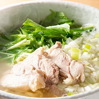 「牛スジ煮込み」「究極の鶏そば」など一品料理も豊富!