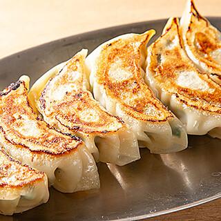 パリッと焼き上げた薄皮餃子は、なんと1皿280円~!
