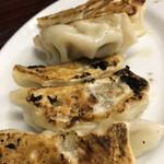 上海飯店 - 餃子のアップ。焦げ目なんて気にしない気にしない