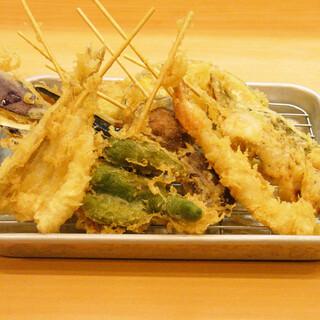食べ応えに満ぞく♪大ぶりの串天ぷらが1本なんと50円~!