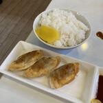 ドルフィン - 餃子は手作りで美味い