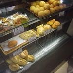 小麦と酵母 満 - いろいろなパンが並んでいます(2012.07)