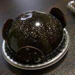 オーボン スーヴニール - 料理写真:アストル(480円)外側はショコラクリーム(ドミニカ共和国産カカオ使用)内にピスタチオクリーム