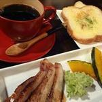 レインボー チェイサー - コーヒーは、神戸コーヒー。木製漆塗りの赤いコーヒーカップがかわいいです。