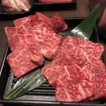 焼肉 やいま - 石垣牛上カルビ・上ロース・奥は鶏肉・豚バラ・塩たん