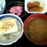 やま - 選べる小鉢は「冷奴」選択、付け合わせの蒲鉾とイカの煮物、しじみ汁、漬物