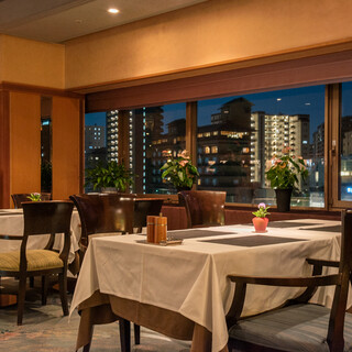 最上階からの眺めを楽しみながらゆっくりお食事を。