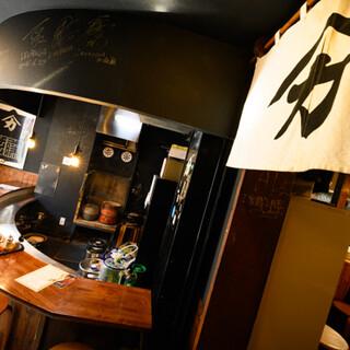 """質屋の""""蔵""""を改装した店内は、接待にも使える落ち着きの空間◆"""