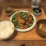 #702 CAFE&DINER - 週替り定食(大葉とチーズの肉巻き)