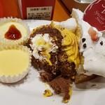 スイーツパラダイス - 最初のケーキ。真ん中のパンプキンロールケーキ?美味しかった♪