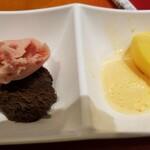 スイーツパラダイス - 左、イチゴ、チョコ、右、メロンとマンゴーのシャーベット。
