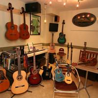 トコナツ屋 - ギター7本、ウクレレ8本、電子ピアノを常備