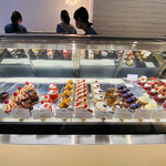 139567470 - ショーケースには約20種類のケーキがずらりと並んでます