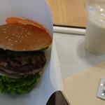 フレッシュネスバーガー - クラシックアボカドバーガー(¥650)とバナナミルク スムージー(¥420)。 初めてなので人気メニューから選択。