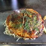 お好み焼き キミッツ - お好み焼き肉玉入りハーフ&ハーフ (そば、辛口そば)