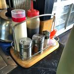お好み焼き キミッツ - 卓上の調味料など。マヨネーズもあるよ。 当たり前ですが、無料。
