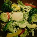 鶏豚きっちん - アボカドと温玉のシーザーサラダ