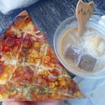 ベーカリー&カフェ 森のマーチ - 料理写真:カリカリピザはクリスピー薄型生地の具材はコーンなどのオーソドックスなの。コーヒーフロートは、氷もていねいに作られてるミャ