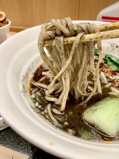 紀州清流担々麺 produce by KEISUKE - 黒ゴマの麺