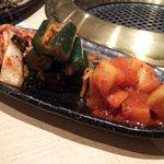 焼肉 韓国料理 八幸苑 - キムチ、カクテキの盛り合わせ