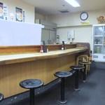 宝雲亭 - お店はカウンターとテーブル席、私逹は3人だったんでテーブル席で餃子をいただきました。