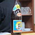 宝雲亭 - 普段はビール派の私ですがテーブルの上にあった泡盛が気になったのでこの日のお酒は泡盛に決定!