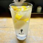 キッチンあまわか - 生レモンサワー500円、凍ったレモンがたっぷり入ってる。そこにお代わりで普通のレモンサワーを×2杯注入。
